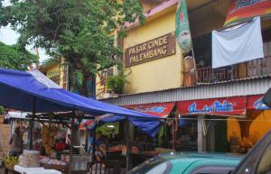 Geliat pedagang dan pembeli di pasar Cinde